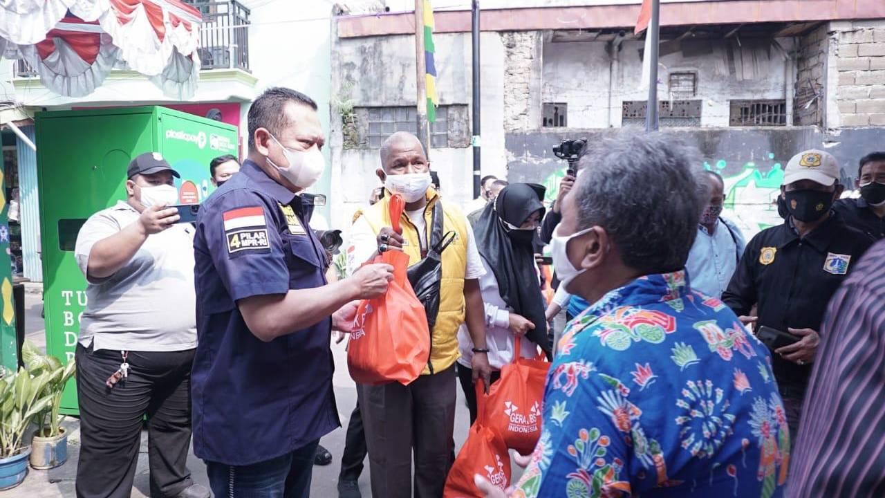 Ketua MPR-GERAK BS Berikan Paket Sembako ke Warga Terdampak PPKM Darurat
